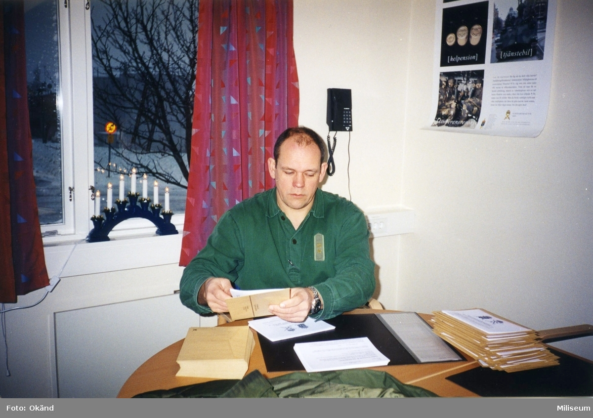 Sammanträdesrum. Paketering av massutskick. Major Jan Sundberg, I 12.
