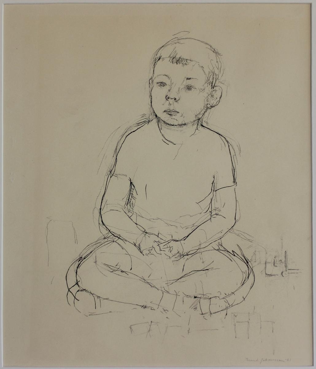 Sittande pojke. Bilden föreställer en liten pojke som sitter på golvet med korslagda ben.
