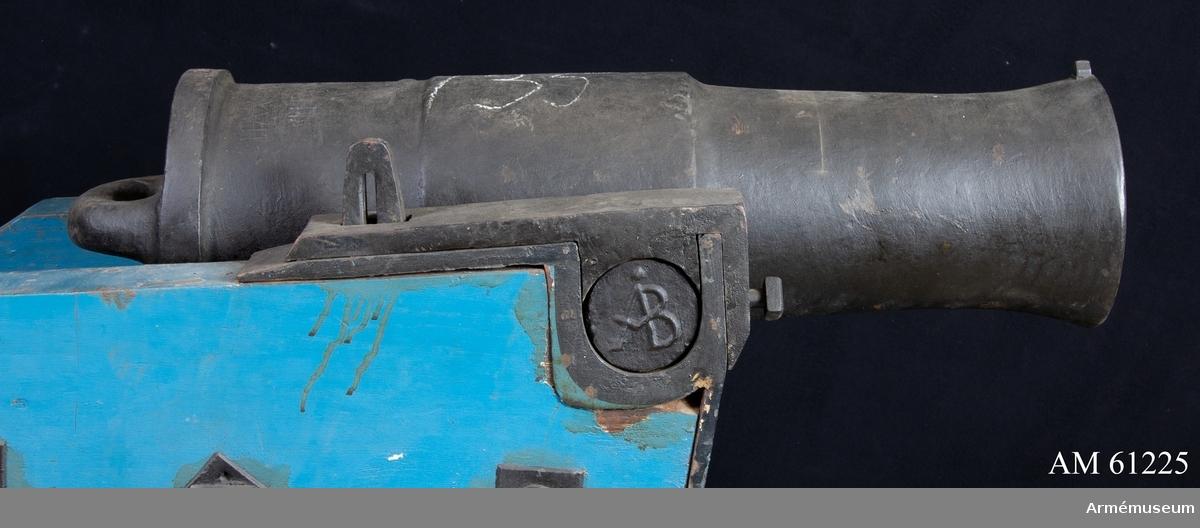 Grupp F I. Kaliber 12,3 cm. Mått: BOTTENSTYCKET Bottenstyckets största diameter 22 cm, Tappstyckets läge 19 cm, Tappstyckets bredd 22,5-23 cm, Tappskons läge   28 cm, Tappläge I 31,5 cm, Tapplängd 7,5 cm, Tappdiameter 8,5 cm. LÅNGA FÄLTET Långa fältets största diameter   19-19,5 cm, Långa fältets minsta diameter 7,5-18 cm, Trumfens största diameter 21 cm. Försöksmodell av 1813 års konstruktion. Kapten F. A. Spaks katalog 1888. Haubitsen är ett enkelt eldrör, med förtjockat tappstycke. Druvan har formen av ett vanligt handtag. Bottenstycket. På kammarsiraterna finns ett rektangulärt,  genomgående hål för riktinstrumentet (Obs! Ej några mötande hål för instrumentets fasthållande.) Fängpannan är nedsänkt, skålformig, framför kammarsiraterna. Omkring fängpannan finns en inristad inskription, se bilaga. Tappstycket. Tappskivans form samt tappens placering på denna, vänstra tappen sedd från vänster, se bilaga. Den vänstra tappen bär årtalet 1813, den högra tappen är märkt  ÅB, båda i rundrelief. Långa fältet. Trumfen, trumpetförstärkt, med kornklack och korn. Omkring själva mynningen finns en stämpel, se bilaga.