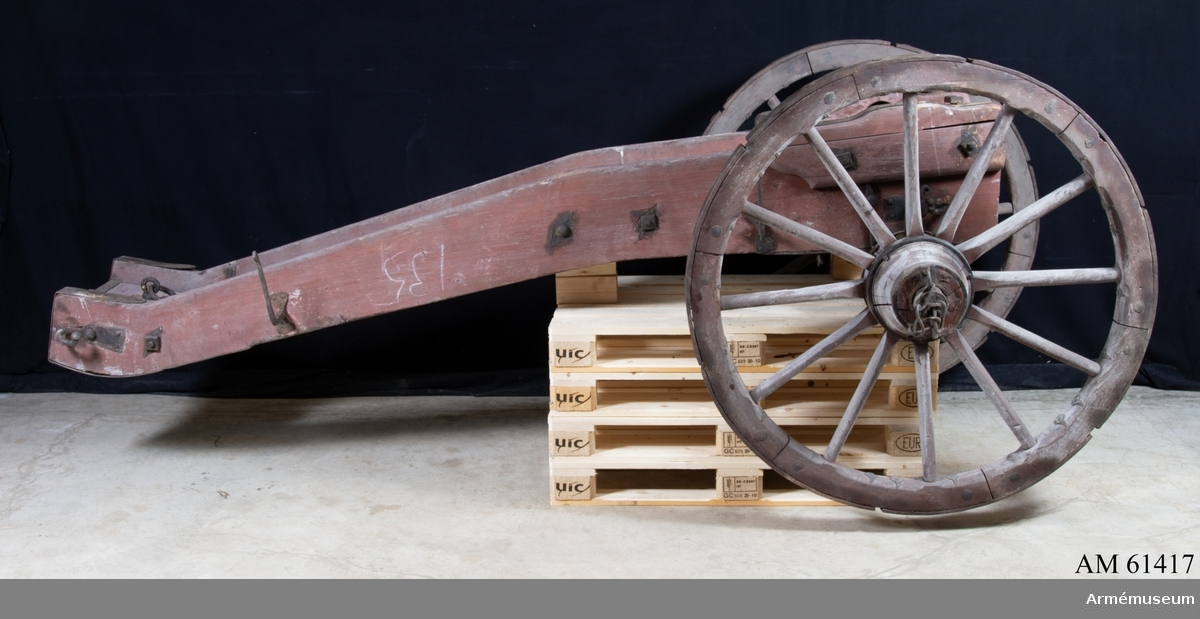 Grupp F I. 6-pundig fältlavett av Cronstedts system.  Apterad för kanoner med parallella tappskivor. Enligt Fälttygmästarens skrivelse den 27/3 1879, dnr 201. Hjulen 1350x74 mm.