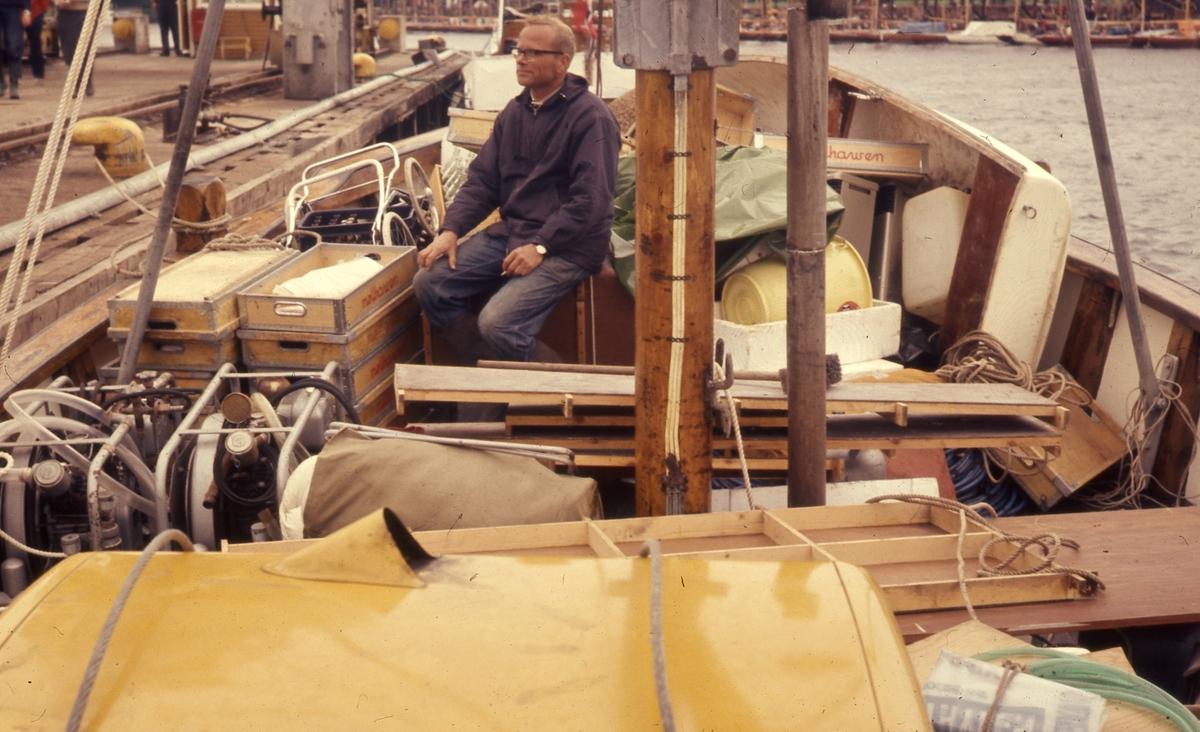 Felt 1967. Hjemtransport med Erik Vea. Fortøyning med last bestående av feltutstyr.