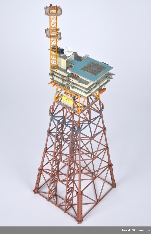 Modell av boligplattformen QP med innlagt lysdiode øverst i tårnet. . Modellen er bygget i målestokk 1:300.