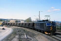 Elektrisk lokomotiv El 14 2171 med kalktog på Eidanger stasj