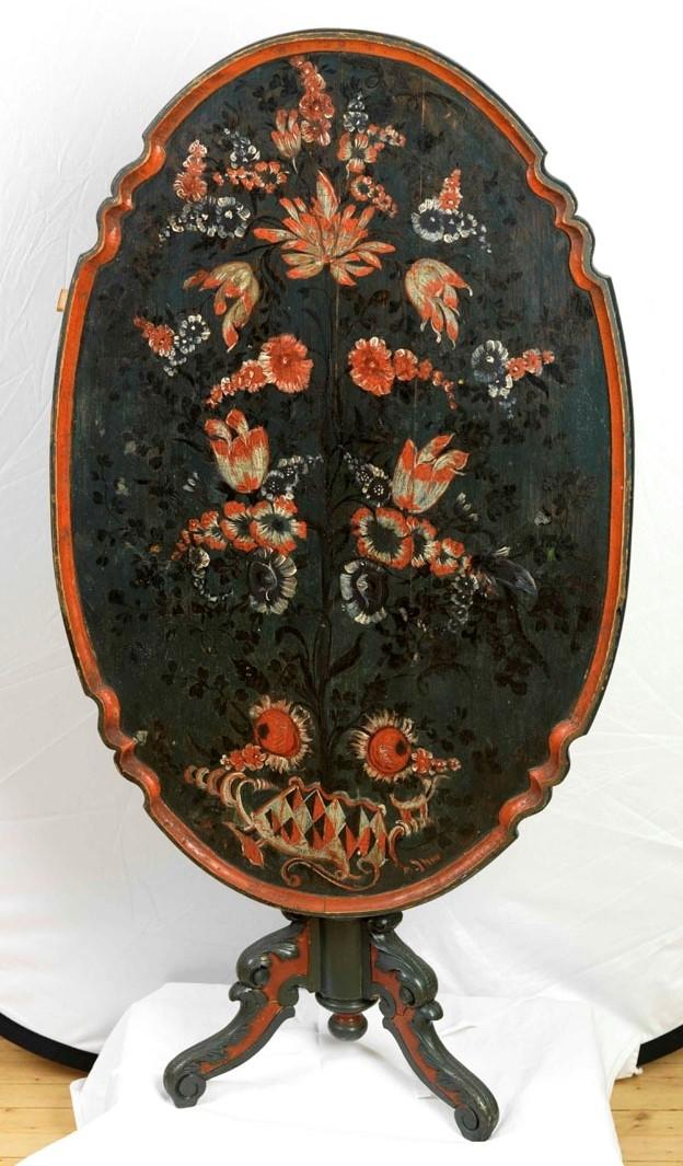 Ben: bladdekor; platen: gren m. forskjellige blomster.