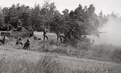 Grupperad 7,5 cm kustartilleripjäs m/65 under skjutning