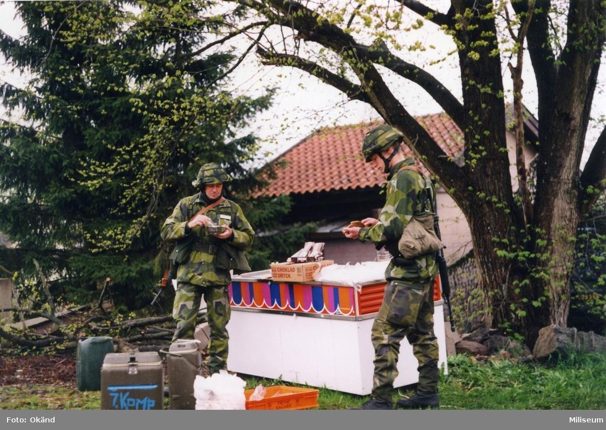 Brigadstab. Fikapaus. Överste Thore Bäckman, brigadchef, I 12 till vänster.