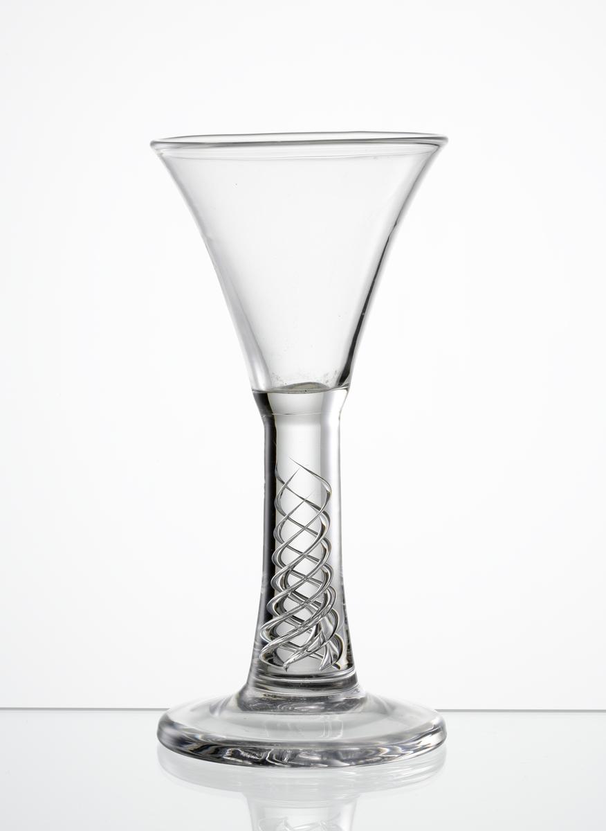 Brännvinsglas, konande kupa. Ben med luftspiral på slät fot.