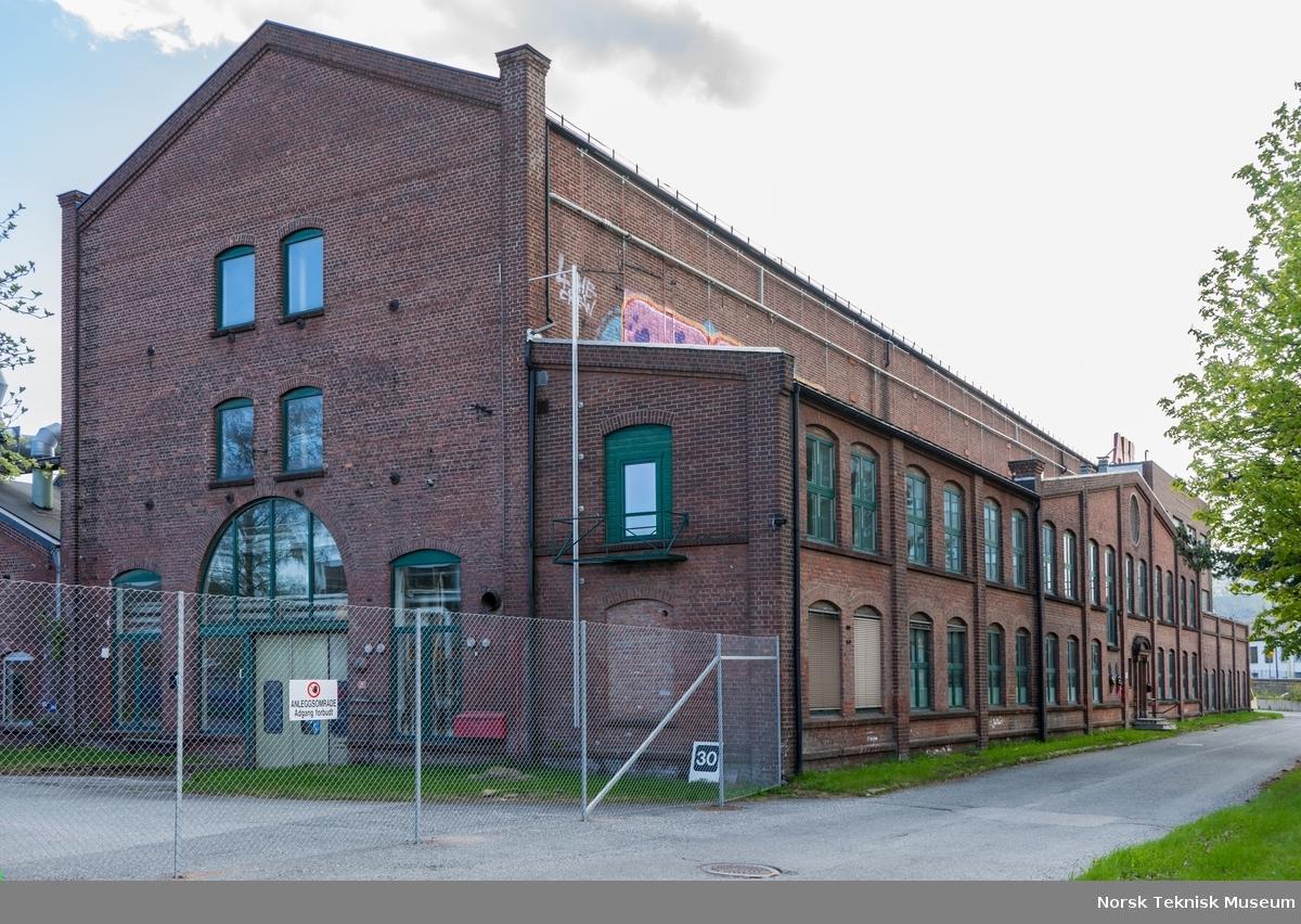 Hall 1 sett fra nord-øst, med kontorfløy på østveggen. Dette var Nationals hovedhall for transformatormontasje, og største fabrikkhall fram til 1965.