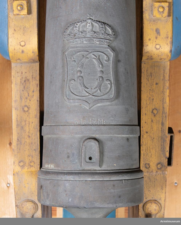 Grupp F I. Kapten F A Spaks katalog 1888. Till modellen hör, lavett, två anmarschbommar, laddskyffel och handspak. Allt tillverkat senare.  Modellen märkt 6.L:17.M. Försedd med hertig Karl av Södermanlands (sedermera Karl XIII) namnchiffer. Har varit begagnad till salutkanon på Rosersbergs slott.