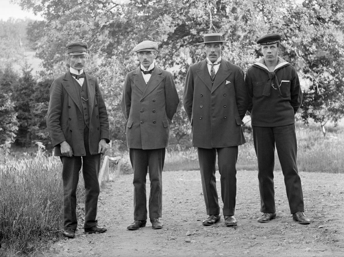 Smeden Reinhold Samelius har samlat sina söner för porträttering hos bygdefotografen Emil Durling. Året är 1917 och vid tiden bor smeden i backstugan Bron på Tjärholm. Äldste sonen Axel är folkskollärare, kantor och klockare i Ardre församling på Gotland, där han gift sig och hittills fått två söner. Mellanbrodern Gustaf är sjöman och bor ännu hemma hos fadern tillsammans med yngre brodern Albert, som till synes gör sin rekryt vid Kungliga flottan.