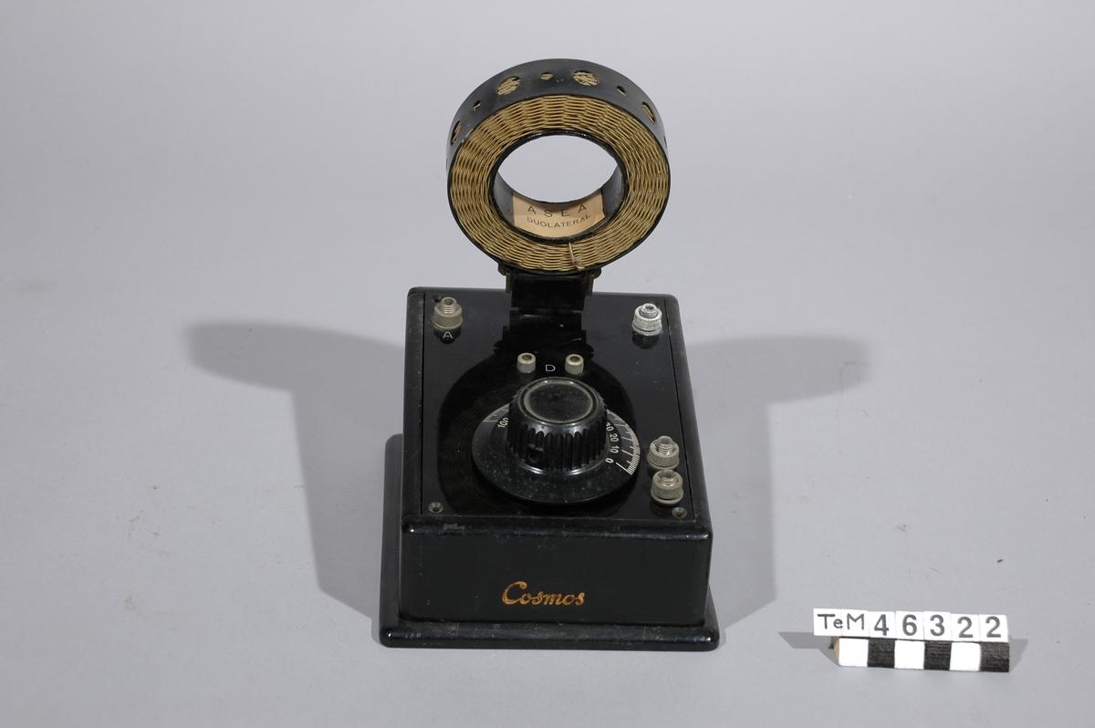 Sändar- och mottagarapparat för radiotelefoni inbyggd i byrå.