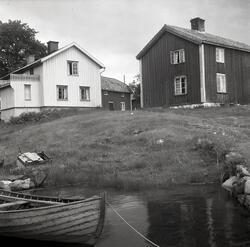 Navelsvik. Gårdsplanen omgiven av fyra byggnader, tre boning