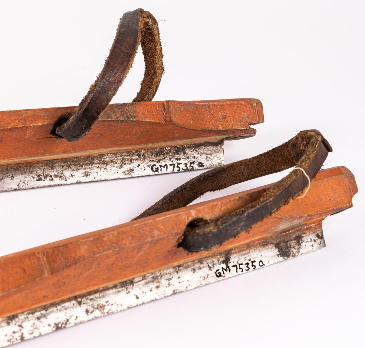 Kat. kort: Skridskor, 1 par, långa, med järnskenor och rödmålade trästockar, med remmar och snören. Härkomst: Gefle.