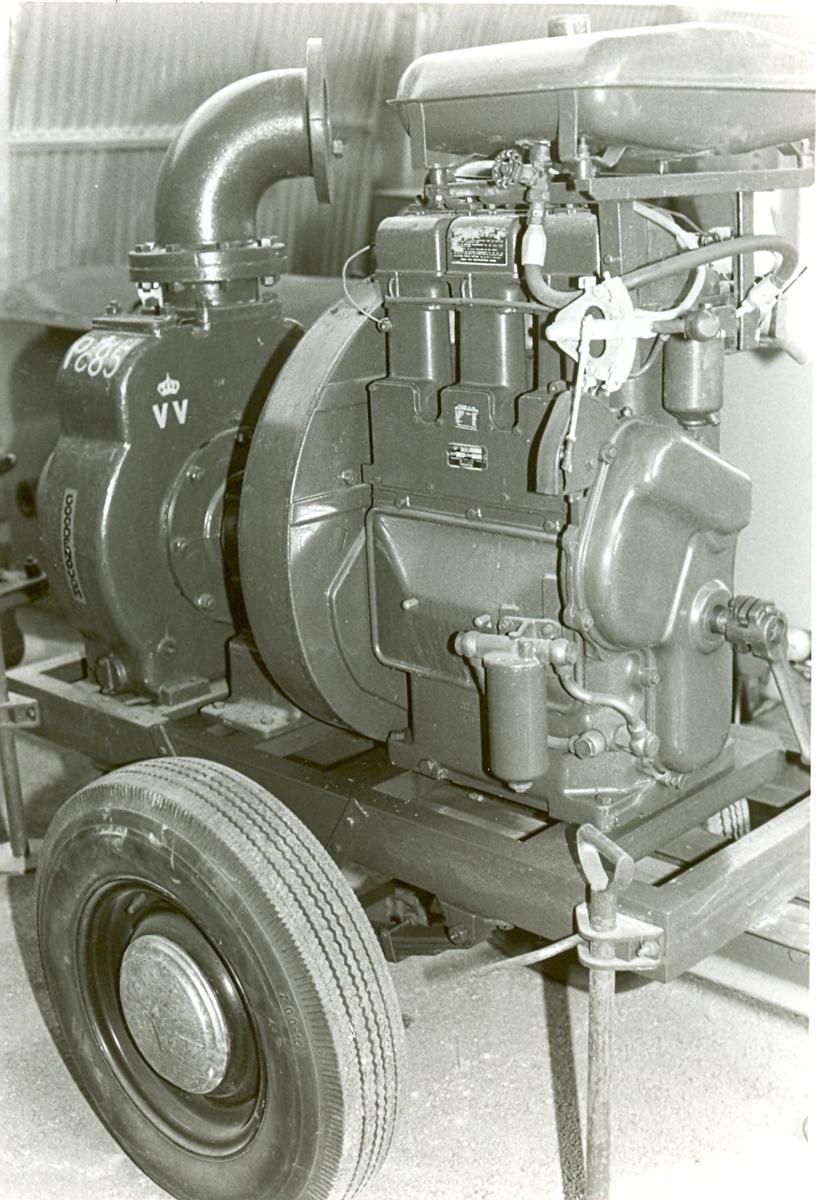 Grönmålad vattenpump, på enaxlat chassi med gummihjul.  Fjädrad, påskjutsbroms. Motor i främre delen, pumpaggregat baktill.    Tillverkare: Goodenough Contractors Machinery Ltd, UK. Generalagent: Ingenjörsfirman Cerapid AB, Stockholm. Motor: Lister diesel, 3 cyl, 33 hkr, 1800 varv. VVNR: 85 MNR: 822HA311 Märkt: VV Pc 85 År: 1942