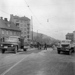 Galgeberg. Trikken på provisorisk bro. April 1957 .