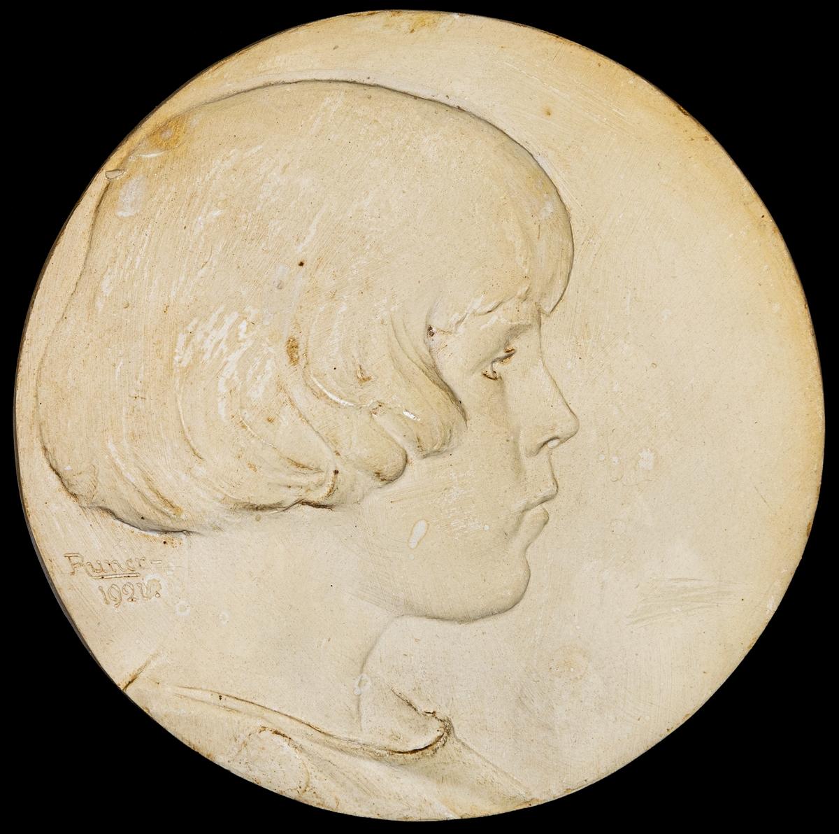 Barnporträtt. Signerad: Runer 1921.