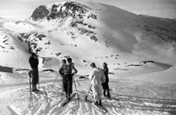 På skitur nær toppen av Vesl-Nystuguhø. Utsikt tvers over Ka
