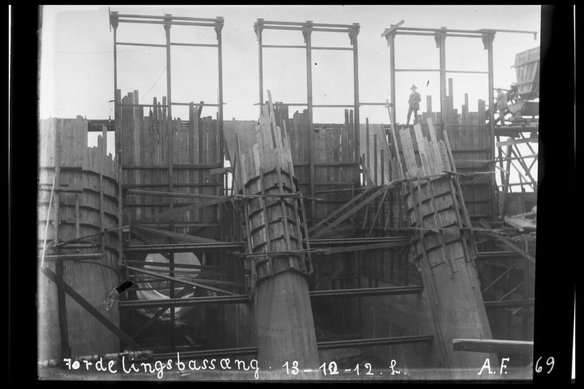 Arendal Fossekompani i begynnelsen av 1900-tallet CD merket 0010, Bilde: 5 Sted: Bøylefoss kraftstasjon i 1912 Beskrivelse: Fordelingsbaseng