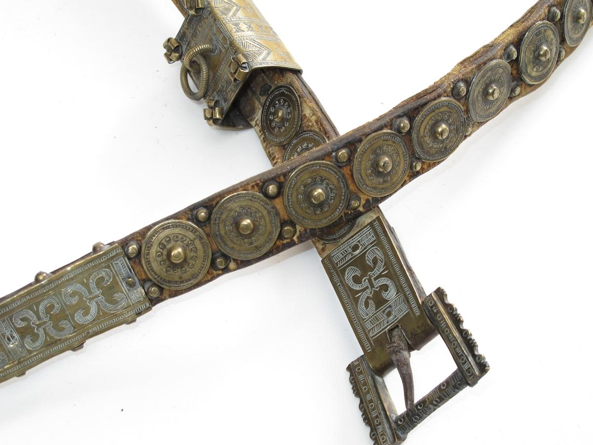Dekor/ strekornamentikk,/ bladornamentikk i svakt relieff på stripe