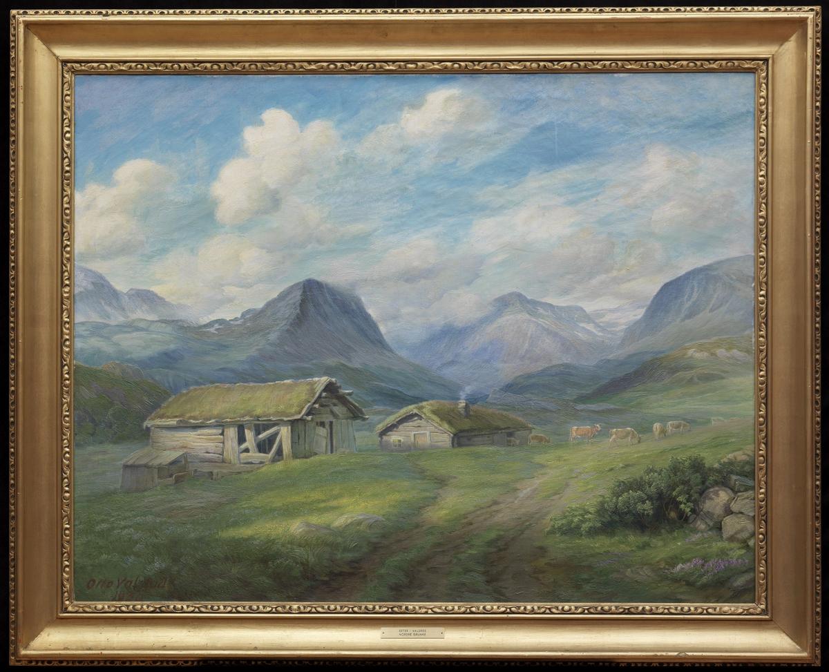 Fjellandskap; i forgr. grønn setervoll m. 2 grå hus, kyr, i bakgr. blå fjelltopper, blå og grå himmel