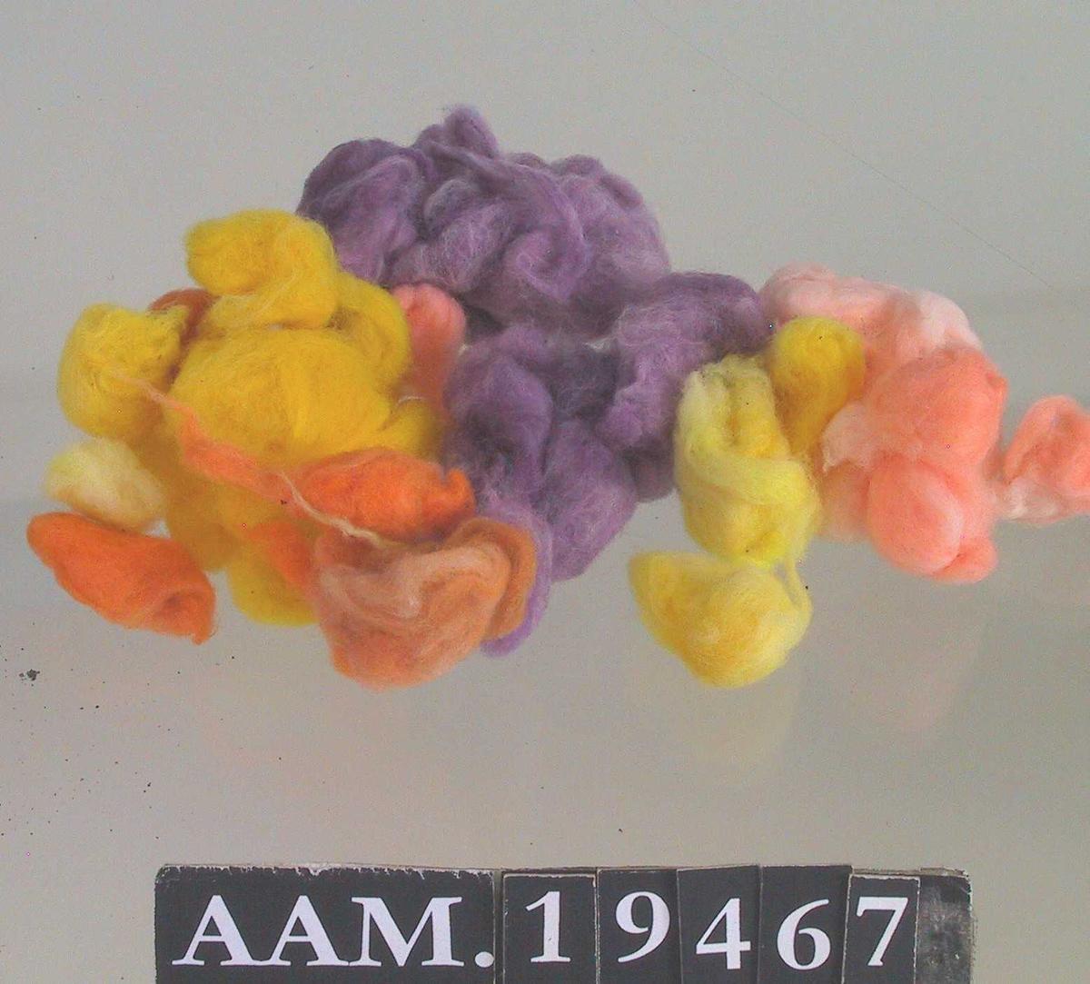 Bomull, farget med fargetre på St. Croix, etter oppskrift formidlet via Fredensborgundersøkelsene. På St. Croix visste man ikke om til hva campuchetre ble brukt, før Svalesen formidlet kunnskap om formålet.