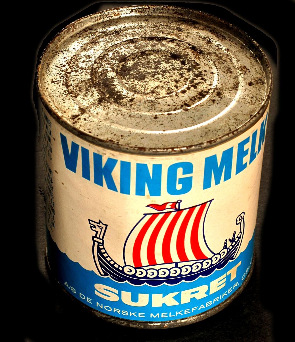 Vikingskip med røde render i seilet.