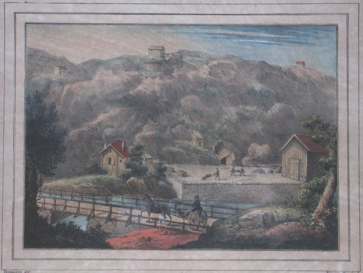 Langsæ grube med bygninger, tre arbeidere bærer og triller malm utenfor inngangen. I forgrunnen Langsæ bru på Vestlandske hovedvei; på veien mann med hest og karjol.