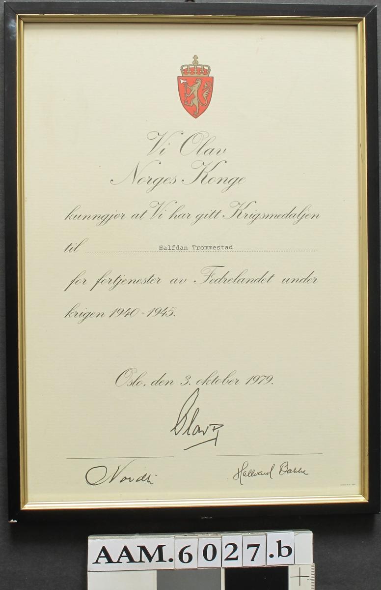 Diplom. Krigsmedaljen 1940 - 1945. Innrammet.