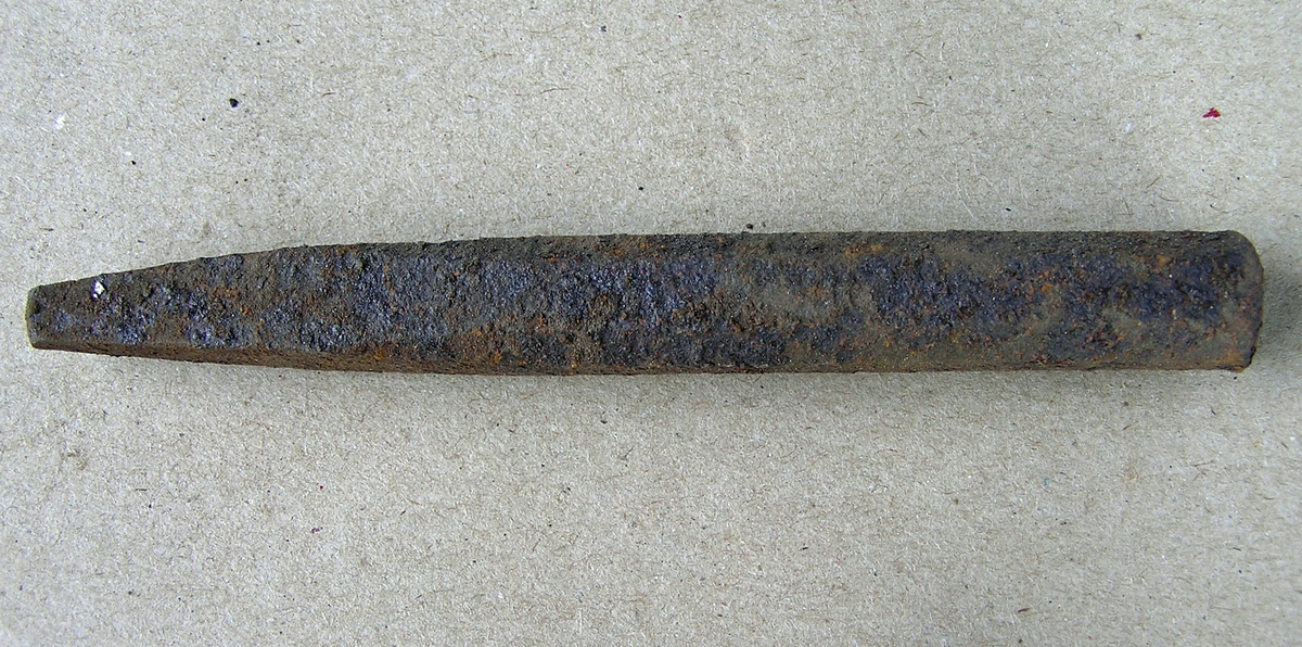 Dor beregnet til å slå tilnærmet kvadratisk hull i varmt jern med. Jernet som det skal lages hull i legges enten over et hull i ambolten/smisteet eller over et jernstykke med huller i (lokkskive).  En del rust.