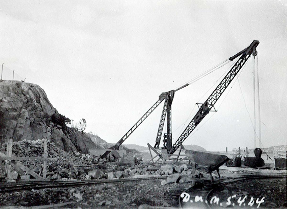 """""""05/04-1924"""" Nitriden. Montasje av kran på østre kai. Skinnegang med vogn."""