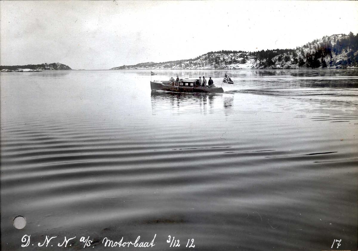 """""""03/12-1912"""" Nitriden. M/B """"Nitrid I"""" bygd i Fredrikstad, representasjonsbåt for Nitriden frem til 1920 årene. Båten på Tromøysund, Tromøy til høyre, Hvideberget til venstre."""