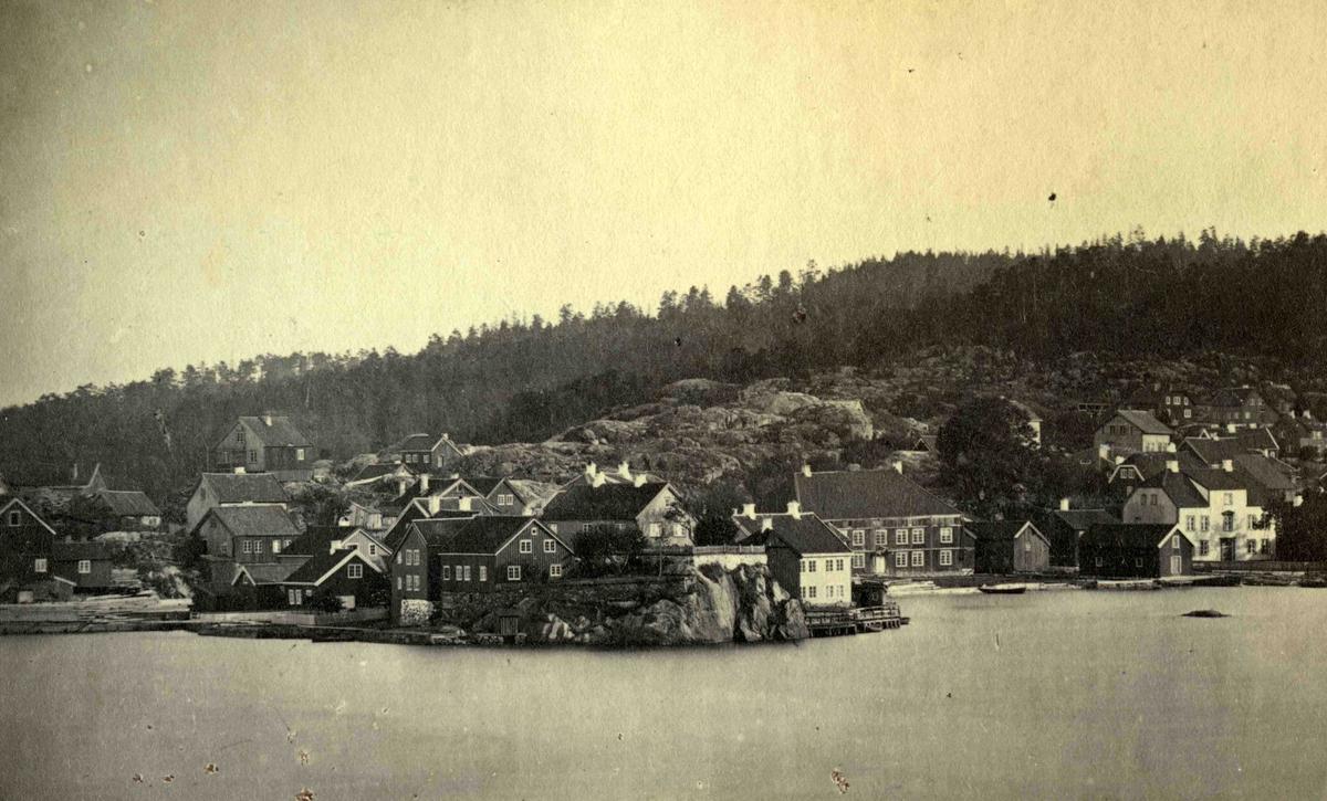 Fra John Ditlef Fürst album. Oversikt over Kolbjørnsvik på Hisøy i Arendal. Bilde nummer AAks 44 - 4 - 7-75.