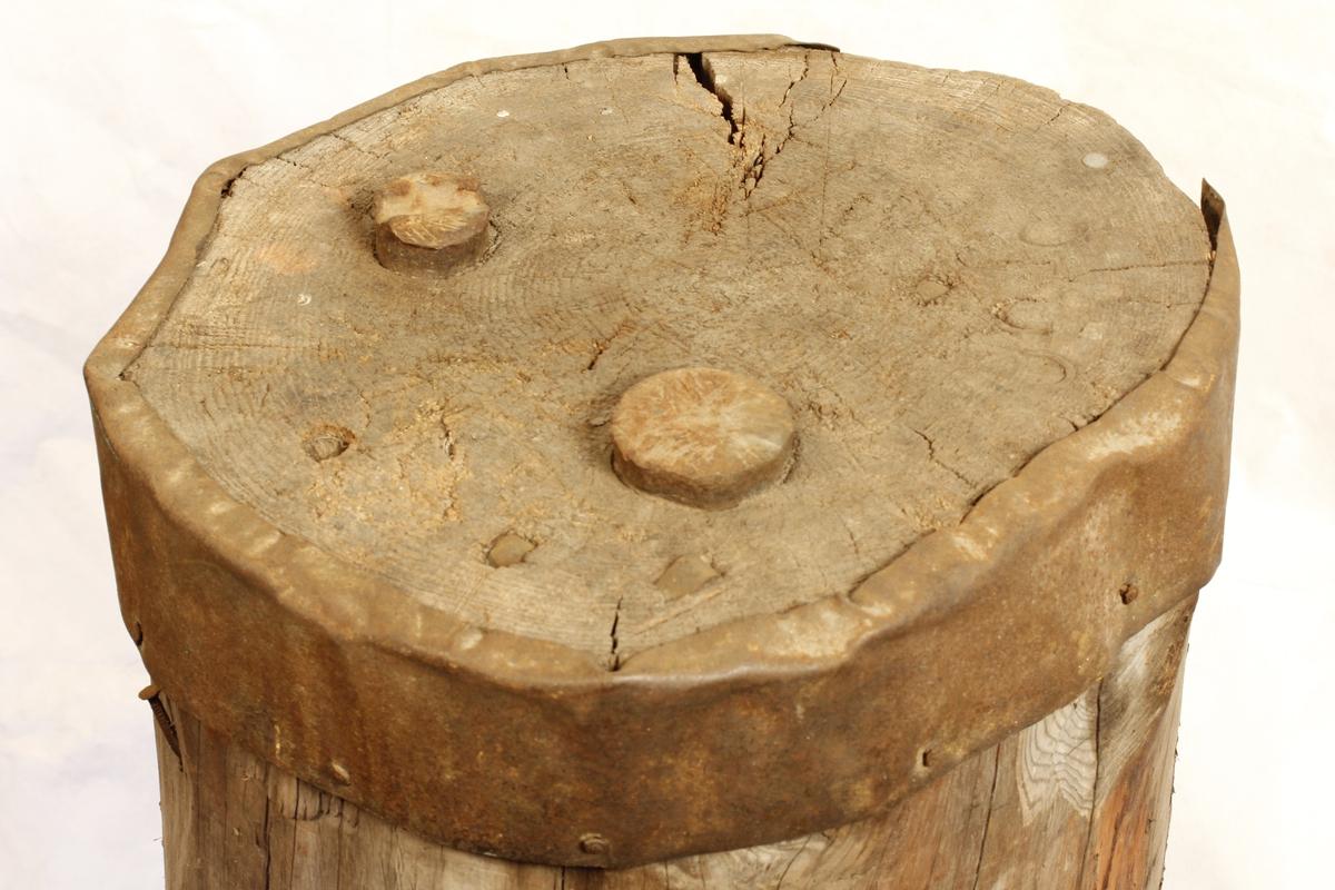 Kubbe med jernbånd i øvre kant. 2 stk jernbolter, en spesialformet til fal.