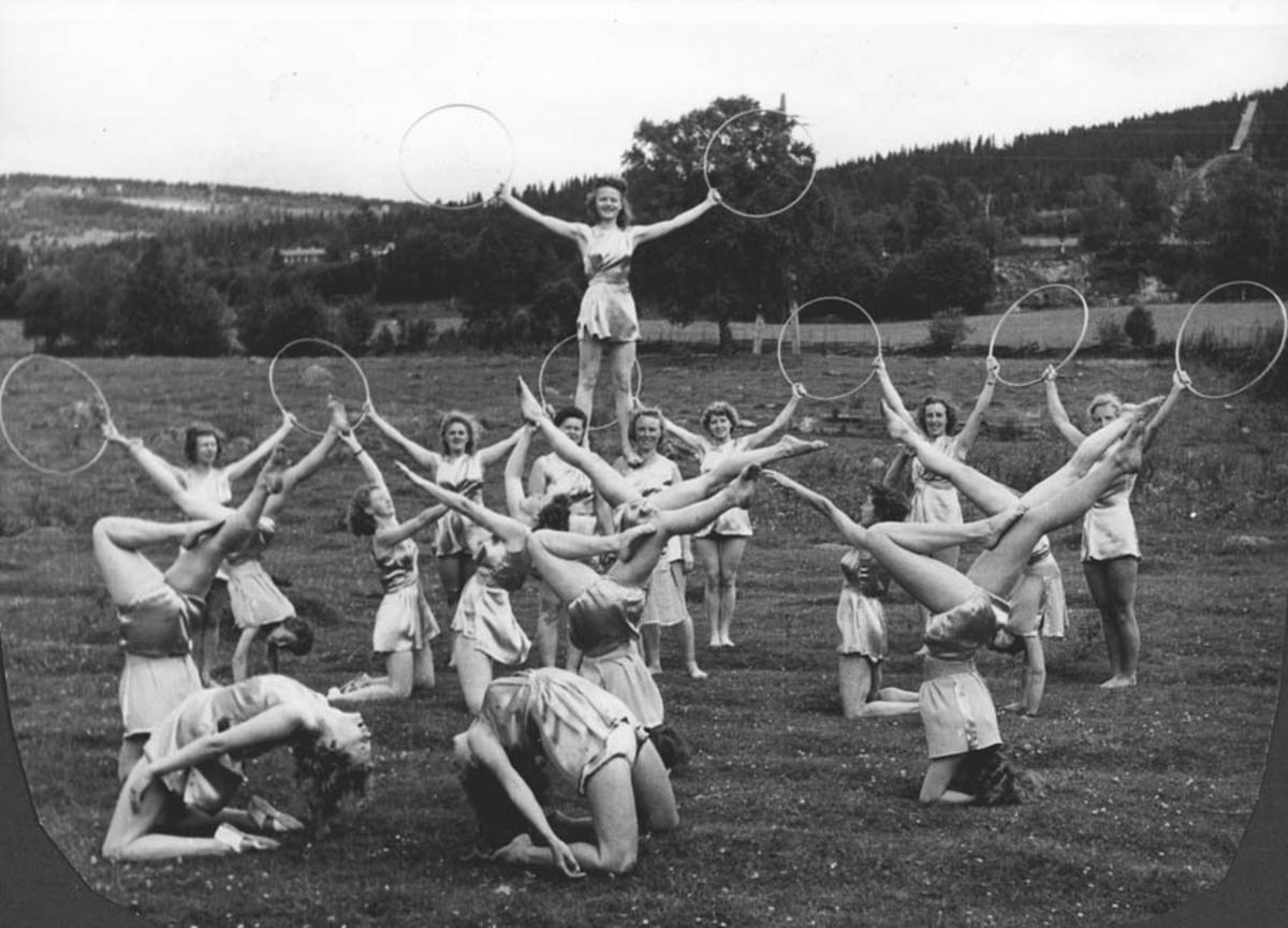 """Ski I.L. dametropp (oppvisning). Landsturnstevne Lillehammer 1950. (Vi ble kalt Eliteturnere). Hadde """"greske"""" gule turndrakter."""