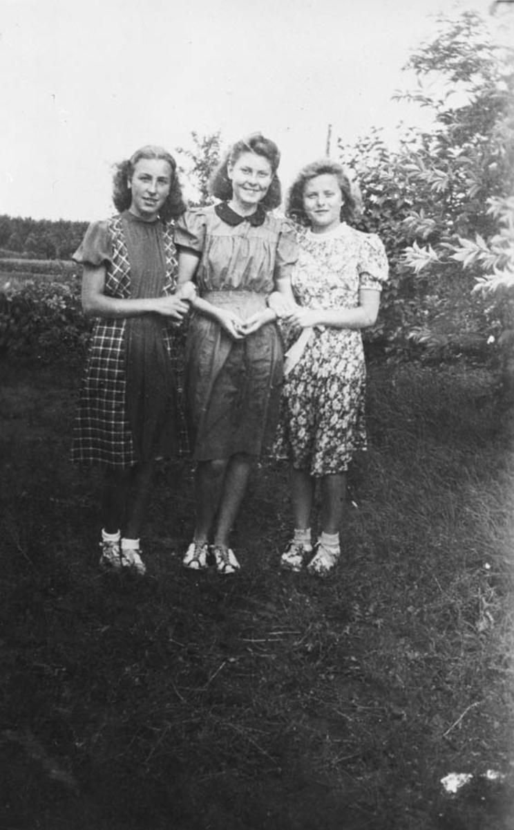 3 unge damer. Se draktene (krigskjoler som er skjøtet sammen)