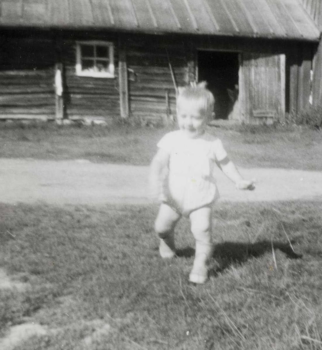 Barn på gårdstun i 1967