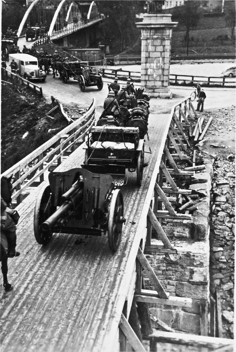 Tyske soldater på vei over Sundbrua.