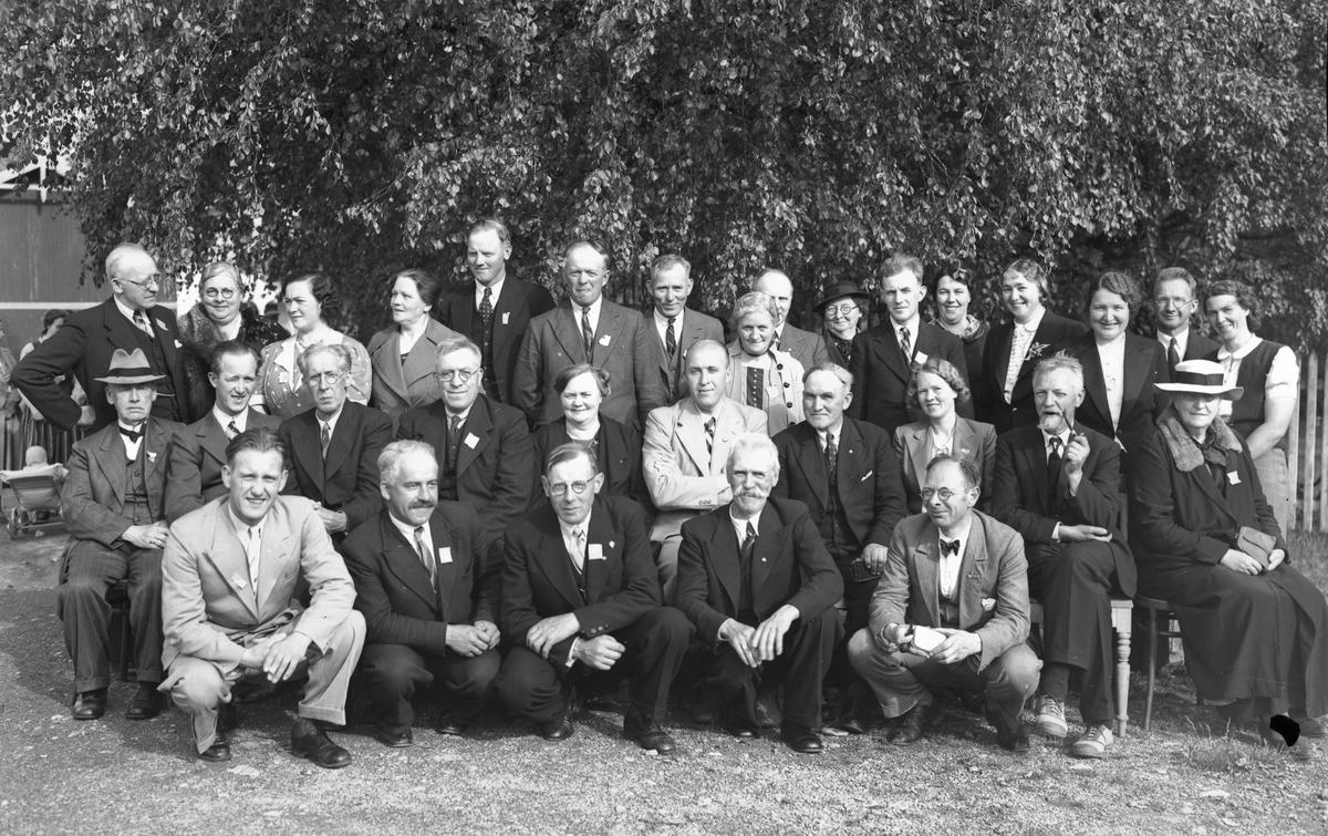 Gruppe. Bak står fra v.: X, X, X, X, Jens Røkholt, X, Emil Jansen. Sæther nr. 4 fra høyre i midten. Han reiste rundt og viste film og hold kåserier. Var fylkessekretær i Avholdsforbundet.