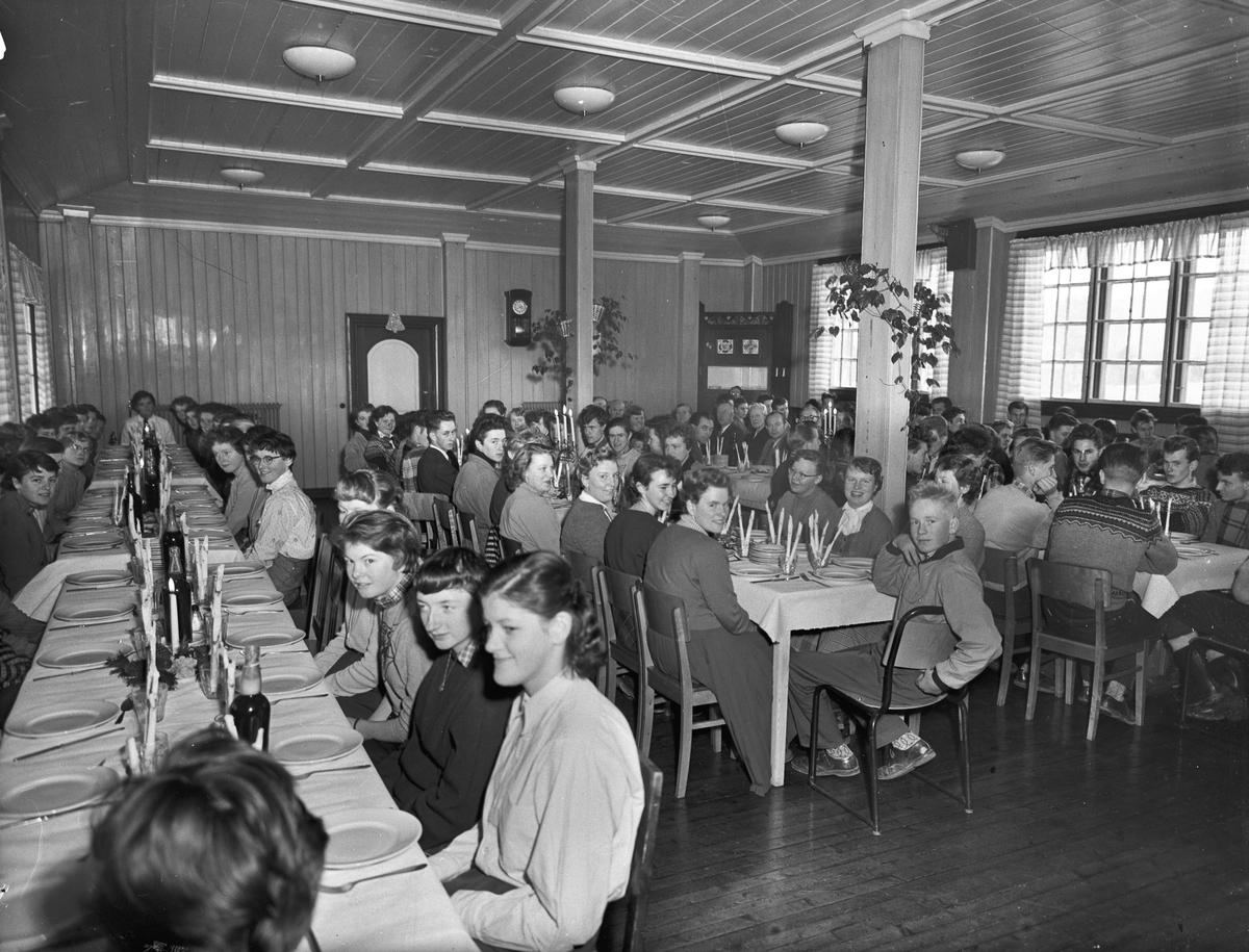 Middagsselskap for elever.