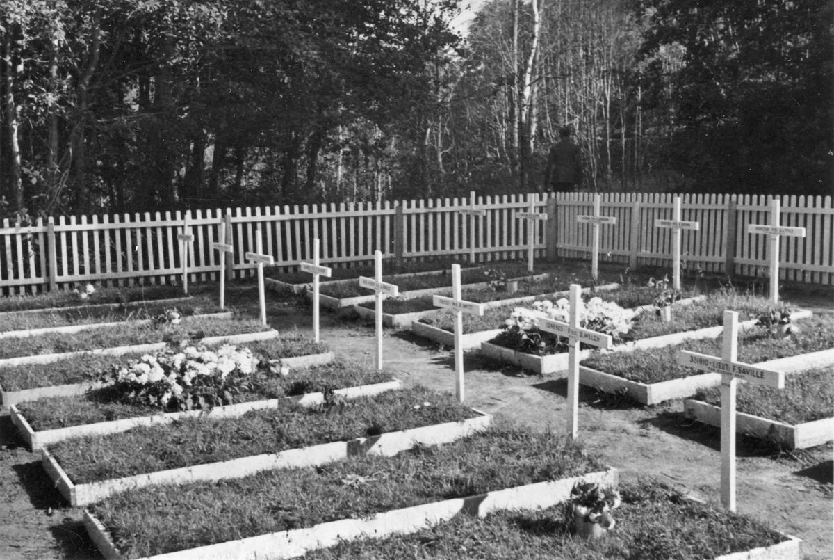 Gravsted etter krigens slutt. Navn på 2 av gravene: Lieut. F Saville, D Welch.