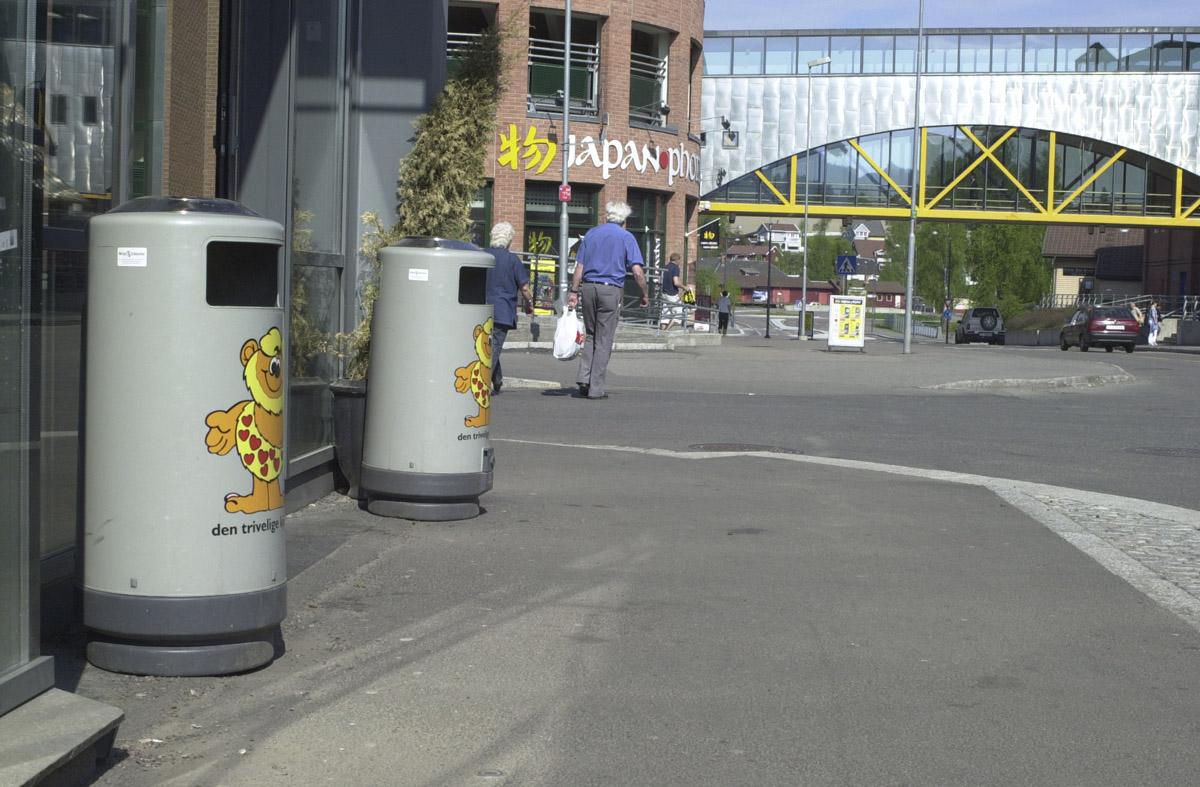 Søppelbøtter med askebeger utenfor Maxi supermarked Stasjonsveien Strømmen