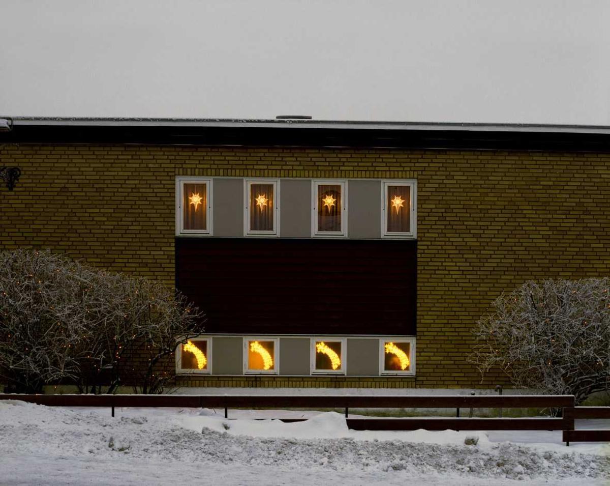 Julebelysning  Hvite lysende stjerner i vinduer på enebolig