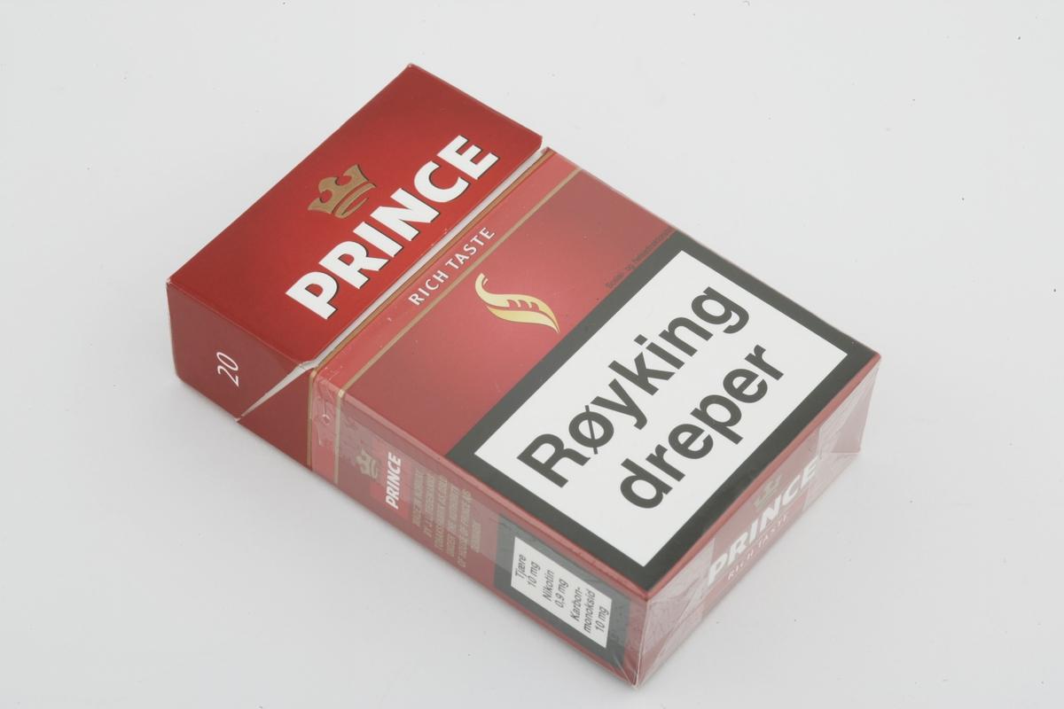 Vesker. Innhold i herreveske/mappe 1 - Røykpakke Prince. Studiobilde i forbindelse med samtidsdokumentasjonsprosjekt - Veskeprosjektet 2006