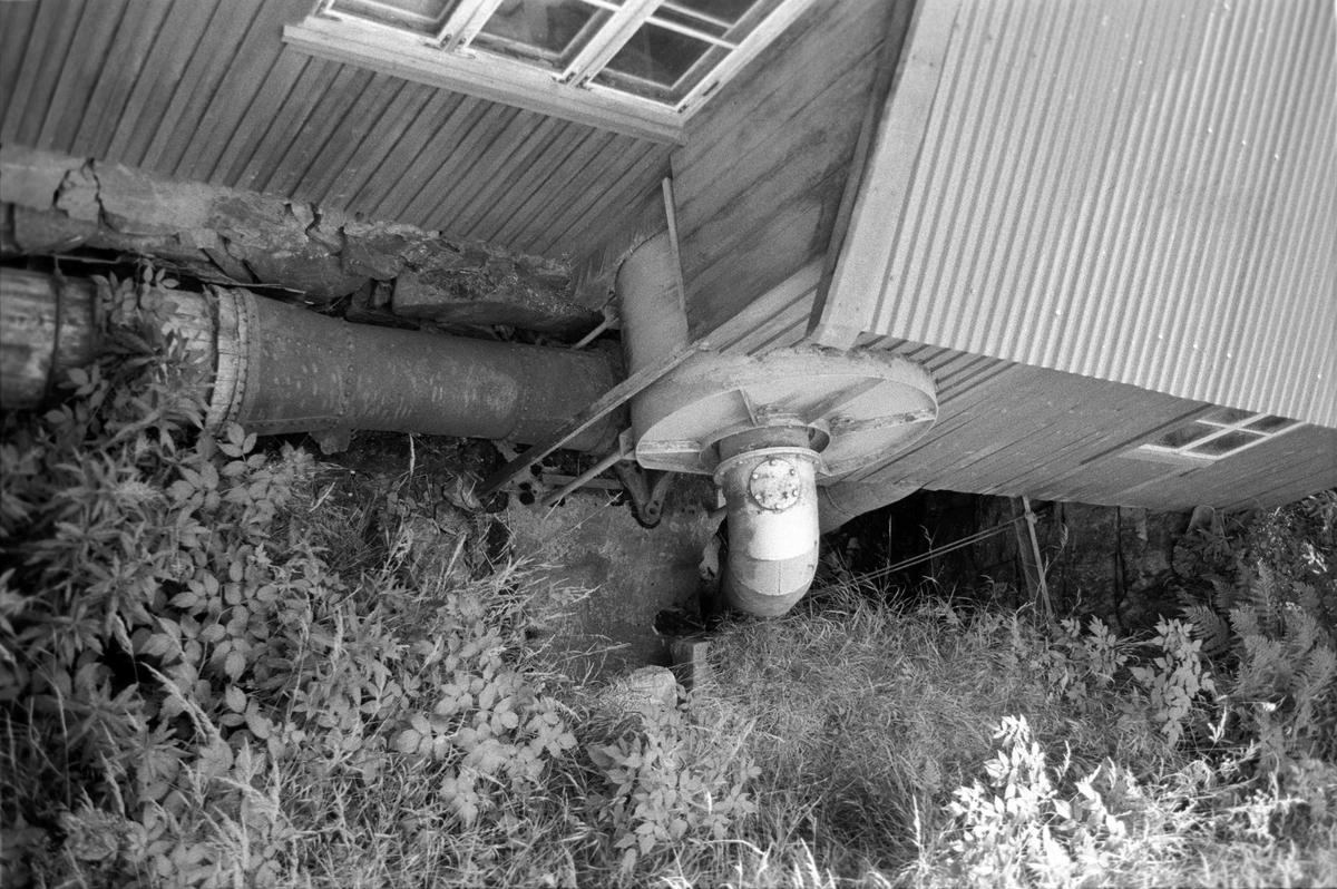 Svartdahl Bruk Maskin 102C-1 Sett utenfra. Inntaksrøret kommer inn fra v. og under trommen. Sugerøret (avløpet) sitter i midten. Francisturbin i kum. Kjøpt fra Sørumssand verksted i 1910. Fikk ny tromme og rør i 1959. Frakoblet, men skal forsatt være i brukbar stand. Yter 18 HK ved 7 m fallhøyde.