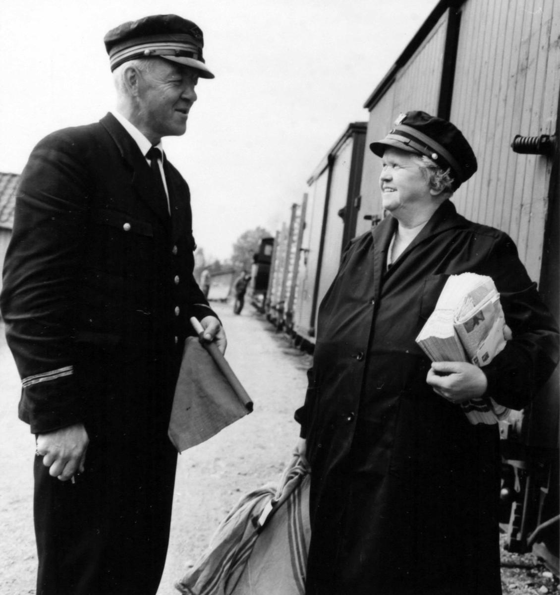 Stasjonsmester og overkonduktør utveksler meldinger under oppholdet på Hornåseng stasjon. Overlevering av dagens post.