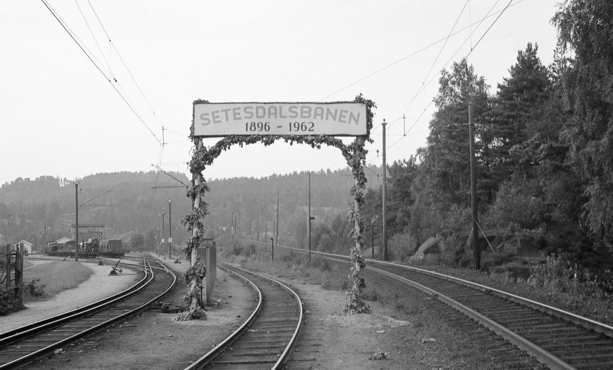 Portal i forbindelse med Setesdalsbanens nedleggelse. Fra Grovane stasjon. Sørlandsbanen til høyre, Setesdalsbanen til venstre.
