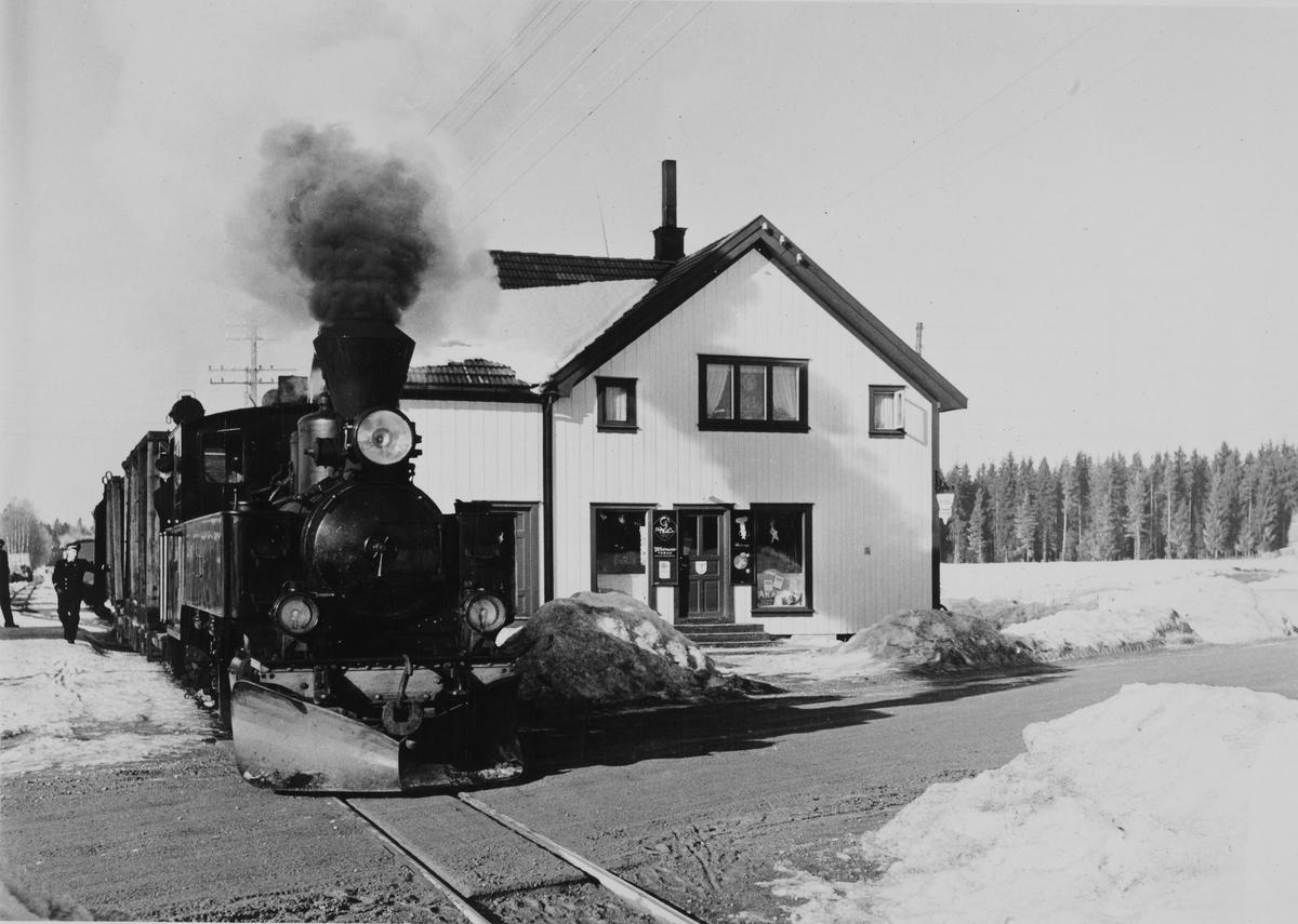 Aurskog-Hølandbanens damplokomtiv XXIXb nr. 7 PRYDZ med blandet tog på Finstadbru stasjon