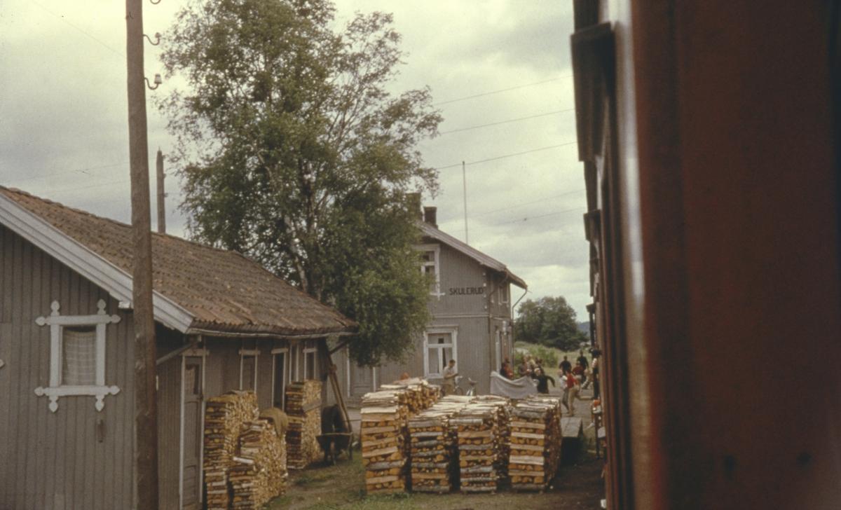 Utsikt fra kupevinduet idet tog 2058 til Sørumsand kjører fra Skulerud for siste gang.