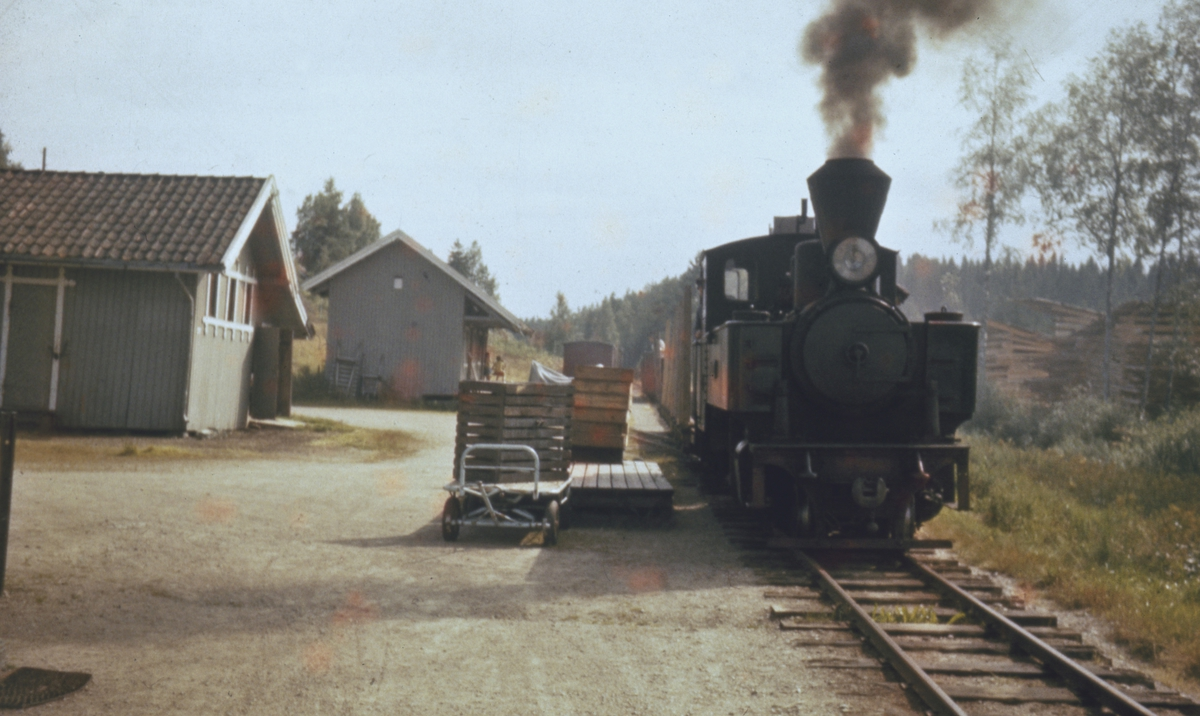 Tog 2058 til Sørumsand skifter på Hemnes stasjon. Av- og pålasting av gods.