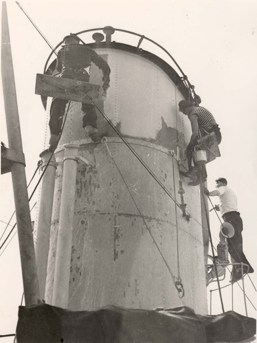 """Jageren  """"Glaisdale"""" , livet om bord under 2. VK. Maling av skorstein."""
